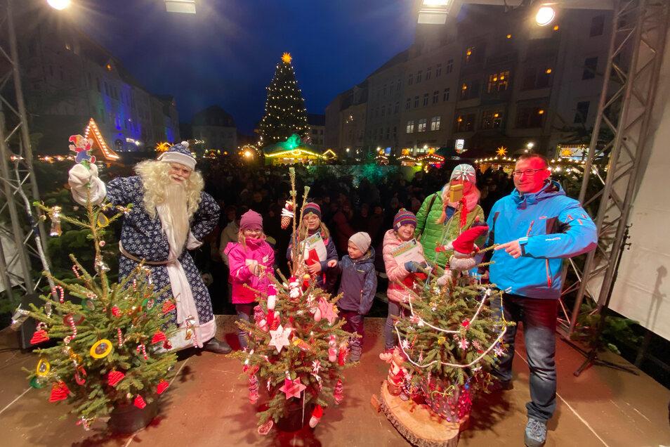 Die besten Schmücker mit den schönsten Weihnachtsbäumen: Kinderklettergruppe des DAV (1. Platzm rechts), die Hort-Kinder der Busch-Grundschule (2. Platz, Mitte),  die Mäusegruppe der Kita Knirpshausen (3. Platz, links).