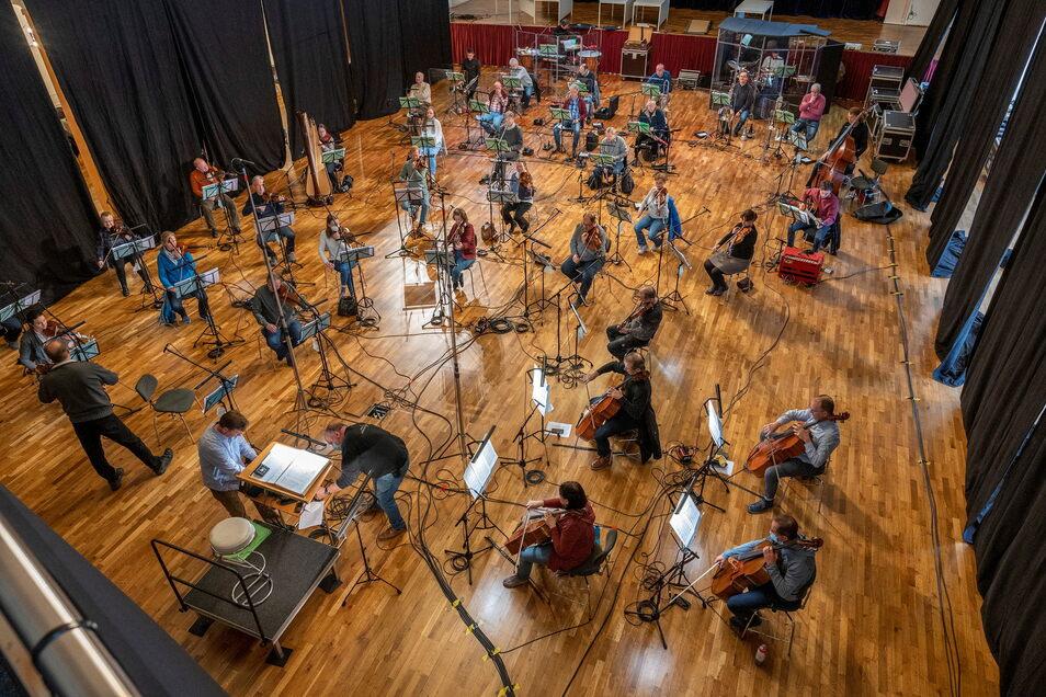 Musiker auf Abstand: So geht es derzeit in der Riesaer Stadthalle Stern zu.