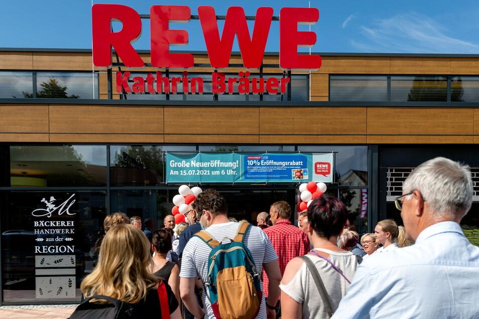 Die Kunden dürfen kommen. Rewe hat am neuen Standort an der Wilhelm-Kaulisch-Straße, Ecke Dresdner Straße in Neustadt eröffnet.