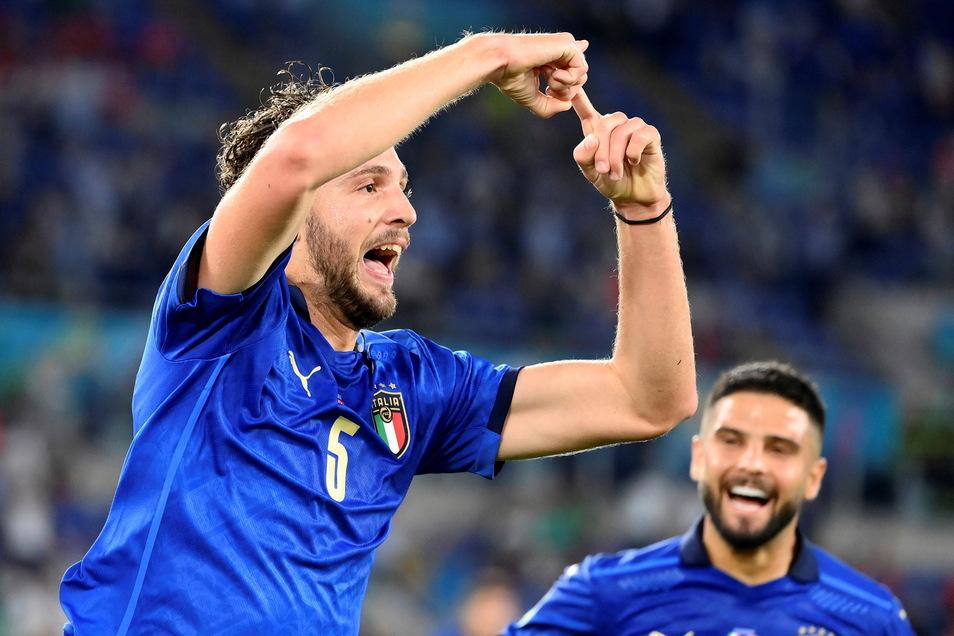 Hier freut sich Italiens Doppeltorschütze Manuel Locatelli (l) über seinen Treffer zum 1:0 gegen die Schweiz.