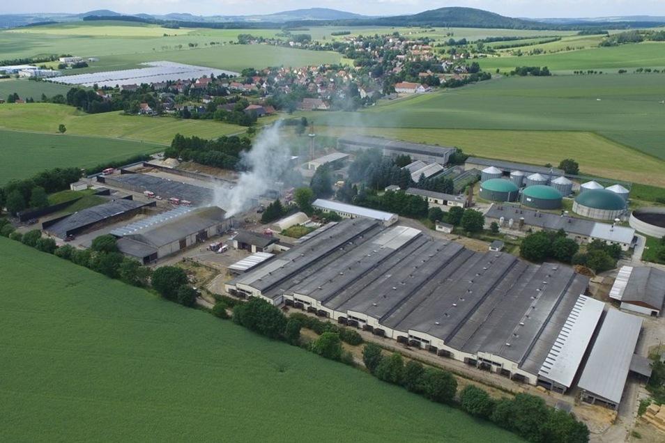 Der Brand bei der Miku Agrarprodukte GmbH in Oberseifersdorf aus der Luftperspektive.