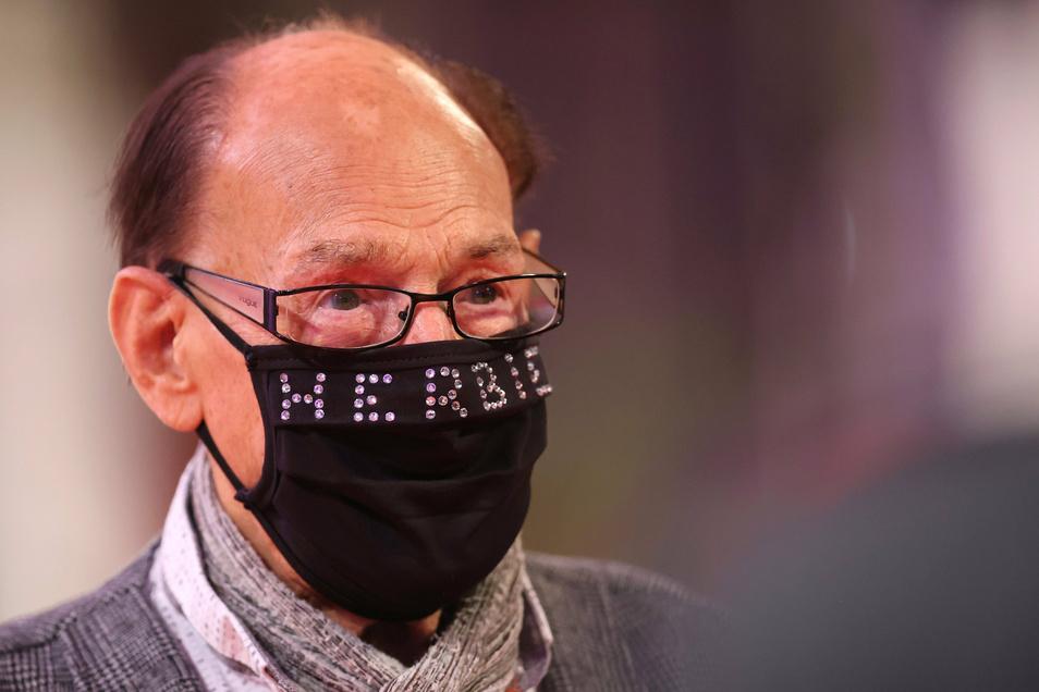 "Herbert Köfer kommt mit Maske zur Fernsehgala ""Goldene Henne""."