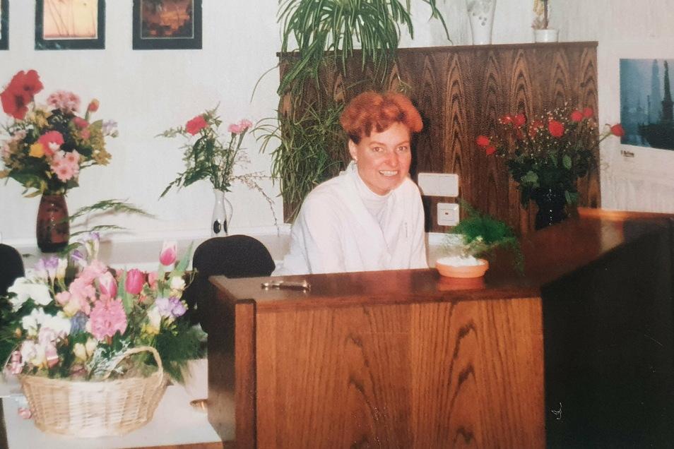 Simone Pasternok in ihren Praxisräumen in Radeberg. Sie war die erste, die sich nach ihrer Arbeit in der Poliklinik selbstständig machte. Am 26. Januar 1991 öffnete sie zum ersten Mal.