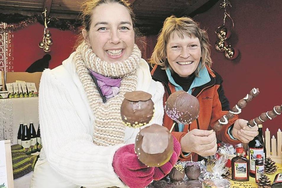 Zwischenstopp in Malter: Auf dem Bahnhof baute der Heimatverein einen Weihnachtsmarkt auf. Bei Conny Radolf (li.) und Birgit Börner gab es selbstgemachte Naschereien.
