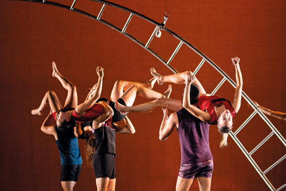 """Die Tanzcompany des Gerhart-Hauptmann-Theaters bringt ein Stück mit dem Titel """"Phönix"""" auf die Bühne."""