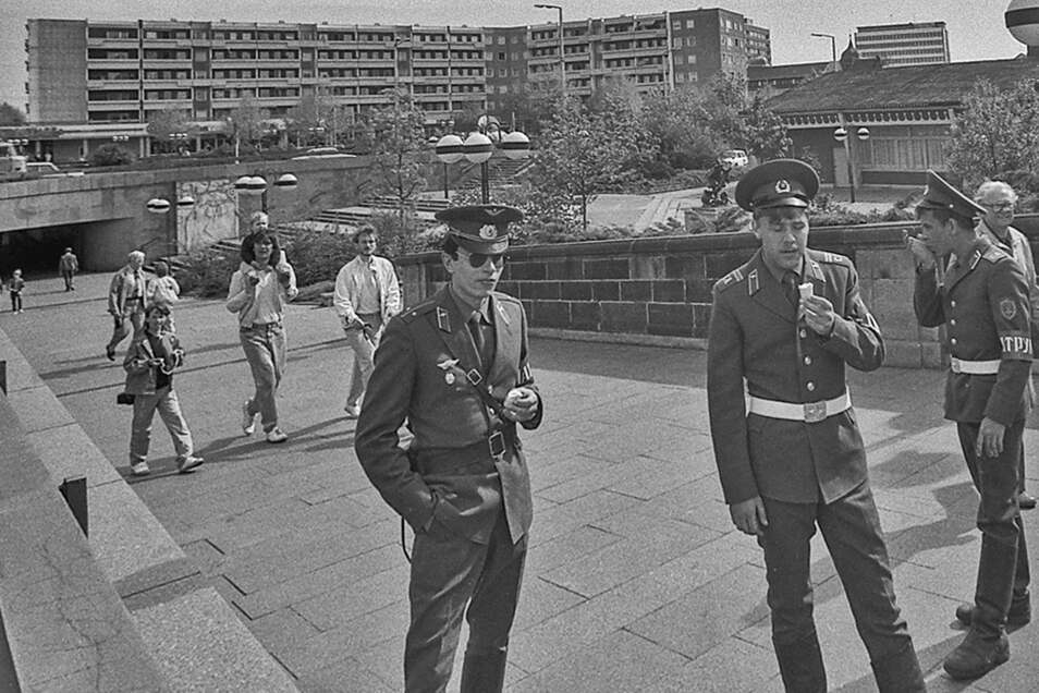 Dieses alte Foto zeigt den Fußgängertunnel am Neustädter Markt in Dresden im Jahr 1988.