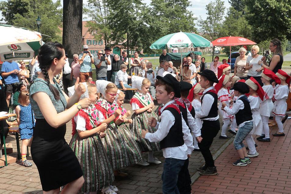 """Auf dem Dorfanger in Bergen erlebten die Teilnehmer des Heimattages Geselligkeit und Gemeinschaft. Der Kindergarten """"Lutki"""" erfreute mit einem kleinen Programm."""