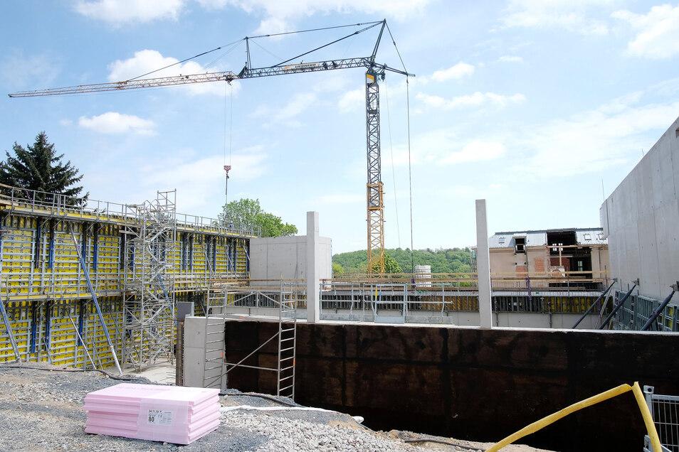 Auf der Baustelle der Grundschule auf dem Questenberg entsteht ein Anbau sowie eine neue Turnhalle. Außerdem wird das Schulhaus umfassend saniert. Über 15 Millionen Euro investiert die Stadt in dieses Bauvorhaben.