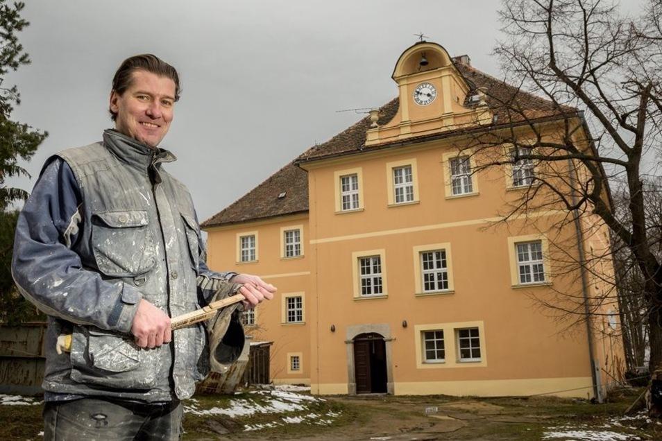 Schritt für Schritt saniert Sebastian Flämig seit fünf Jahren das Schloss in Kuppritz. Einiges ist schon geschafft, jetzt steht der nächste große Schritt an.