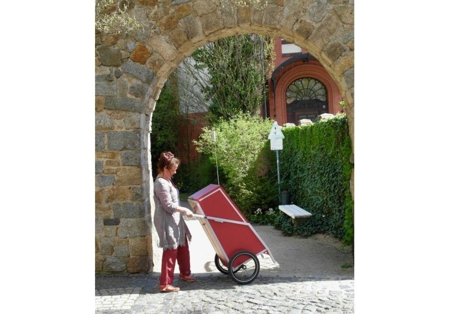 Puppenspielerin Anne Swoboda hat Kultur im Gepäck.