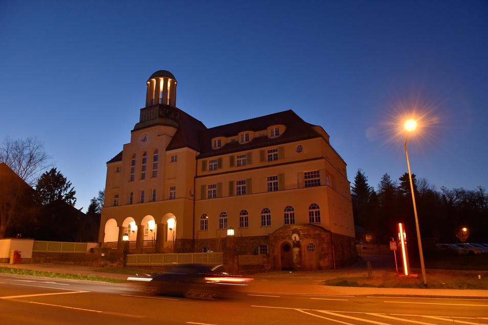Blaue Stunde am Döhlener Rathaus: Dank Fördergeld und Handwerksfleiß sieht Freitals Gründungsort heute ziemlich genau so aus, wie vor hundert Jahren.