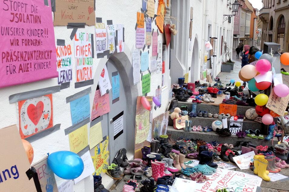 Wohin sind die Protestbriefe- und Plakate sowie Schuhe verschwunden, die ab Sonnabend vor dem Meißner Rathaus lagen? Darüber herrschte zunächst Unklarheit.