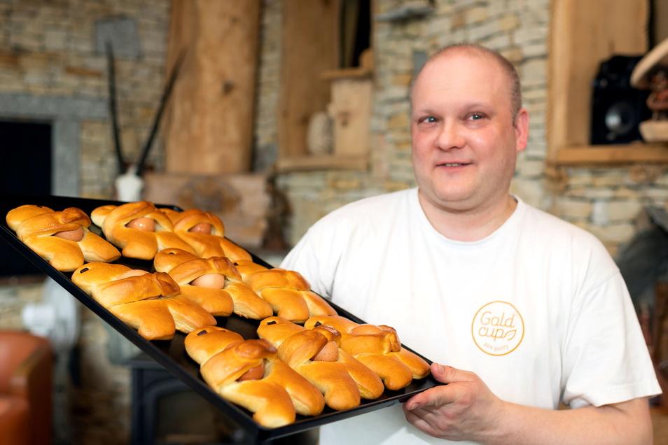 Brötchen backen und Eier kochen – das passiert in der Bäckerei Bresan in Königswartha in einem Arbeitsgang, wenn Daniel Stehr Eiermännel herstellt. Mit dem traditionellen Gebäck wurde ein lange Zeit vergessener Brauch aus der Schublade geholt.