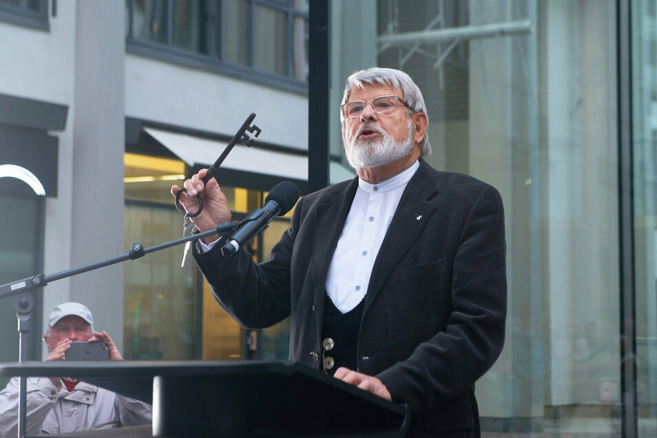 Oberlandeskirchenrat Harald Bretschneider mit dem Schlüssel der ehemaligen Sophienkirche