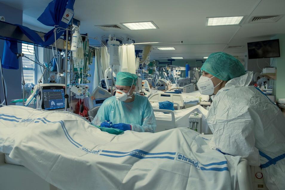 Krankenpfleger behandeln einen Corona-Patienten auf der Station für Anästhesiologie im Krankenhaus Liberec.