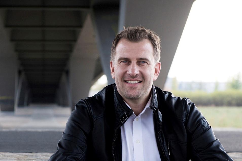 René Kindermann (45), hatte schon mit 16 einen Ferienjob in der Redaktion Niesky und blieb dort einige Jahre. Dann ging er zu Radio PSR und später zum MDR-Fernsehen.