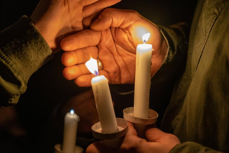 Kerzen werden am Sonnabendabend auf dem Bautzener Schützenplatz angezündet - zur Erinnerung an die Wendezeit.