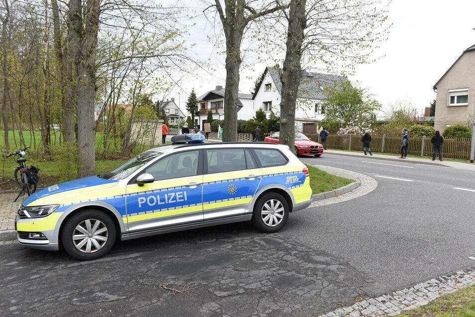 Die Polizei begleitete die Versammlung mit zwei Autos und vier Beamten.