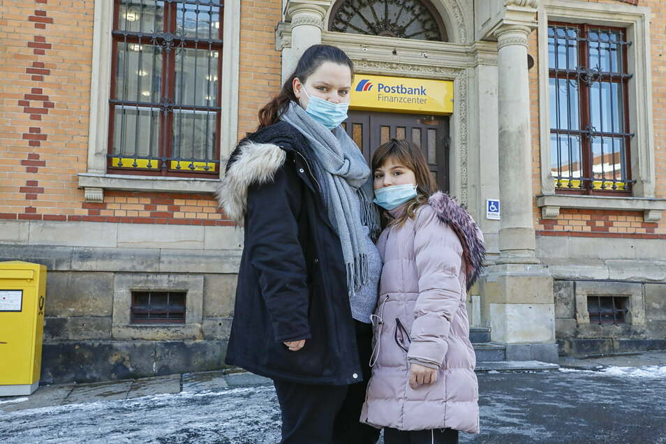 Mary-Jane Sinaj gehörte mit ihrer Schwester Romina heute zu den letzten Kunden im Zittauer Hauptpostamt.