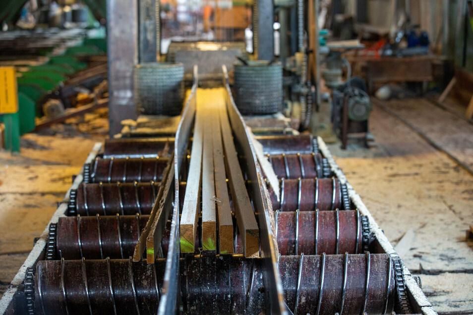 Das fertige Produkt verlässt das Nachschnittgatter. Diese Bretter sind für einen Holzhandel im Osterzgebirge bestimmt.