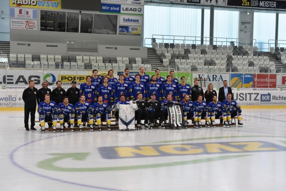 Der aktuelle Kader der Lausitzer Eishockey-Füchse stellte sich auf dem Eis der Wee Arena Weißwasser dem Fotografen zum offiziellen Saison-Bild.