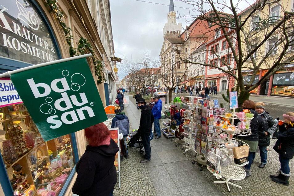 Der Einladung der Löbauer Werbegemeinschaft am 1. Advent in der Innenstadt zu bummeln folgten viele Besucher nicht nur aus Löbau. Auch die Merkur Drogerie war geöffnet und freute sich über viele Kunden.