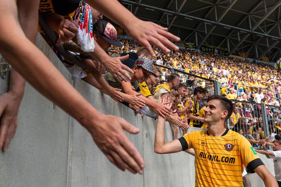 Dynamo Dresdens Alexander Jeremejeff bedankt sich nach dem 2:1 Sieg bei den Fans im heimischen Stadion.