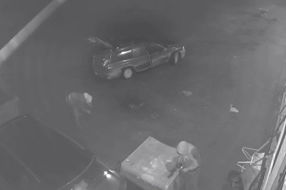 Tatort Chopinstraße, Zittau: Eine Kamera hat die zwei Männer aufgenommen, wie sie am 13. März versuchen, den Kat eines Saab herauszureißen.