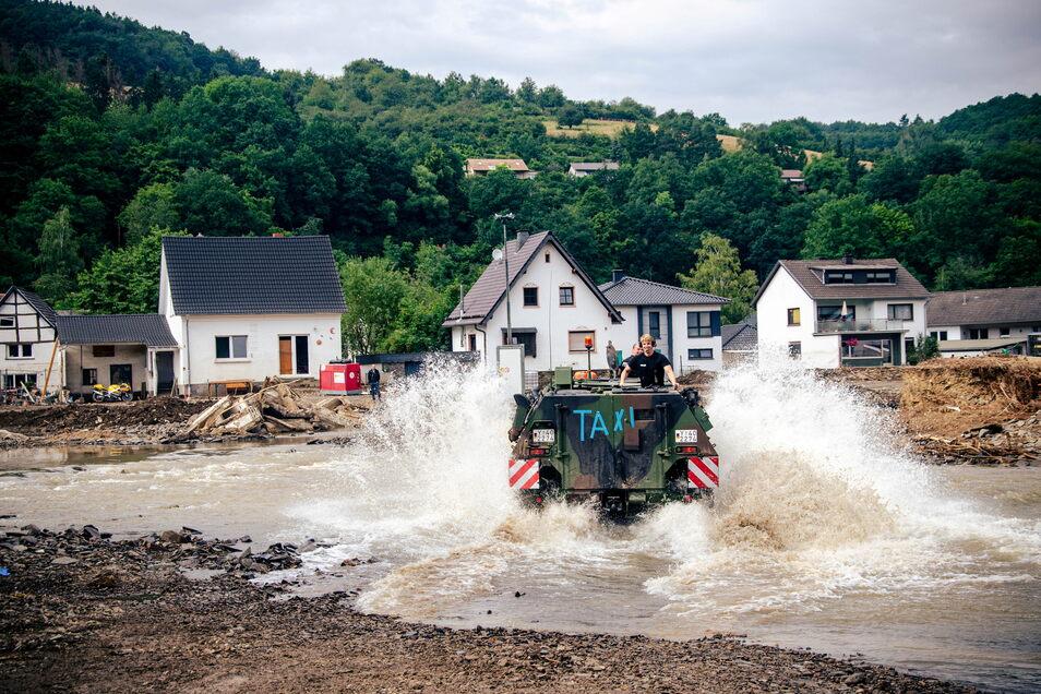 Bundeswehr als Wassertaxi: Soldaten bringen die Menschen in Insul über den Fluss, wo sonst eine Brücke war.