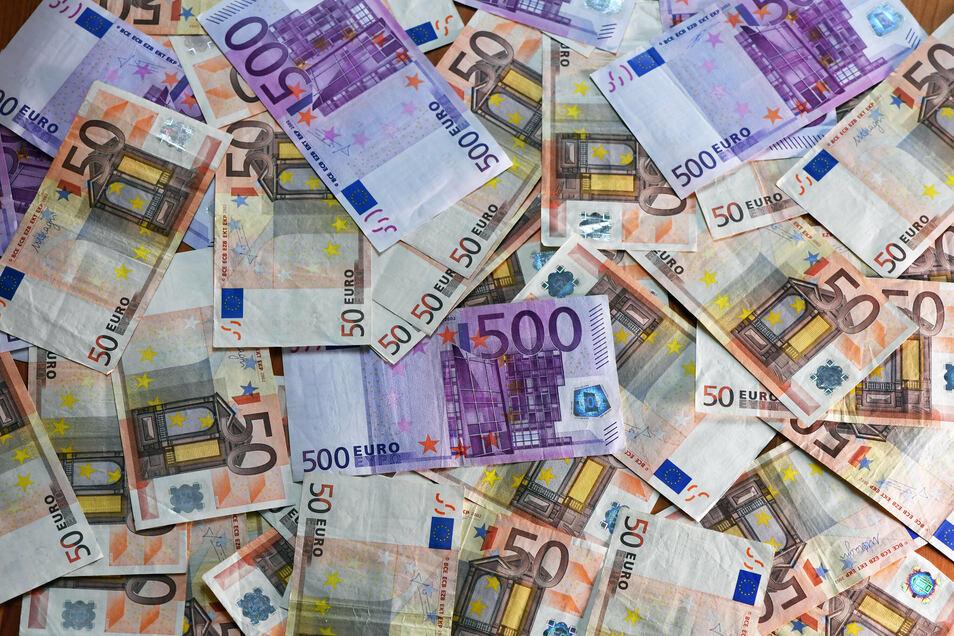 Mit großen Scheinen wollten Trickbetrüger jetzt in mehreren Geschäften im Landkreis Bautzen kleine Beträge bezahlen - um dabei Geld zu entwenden.