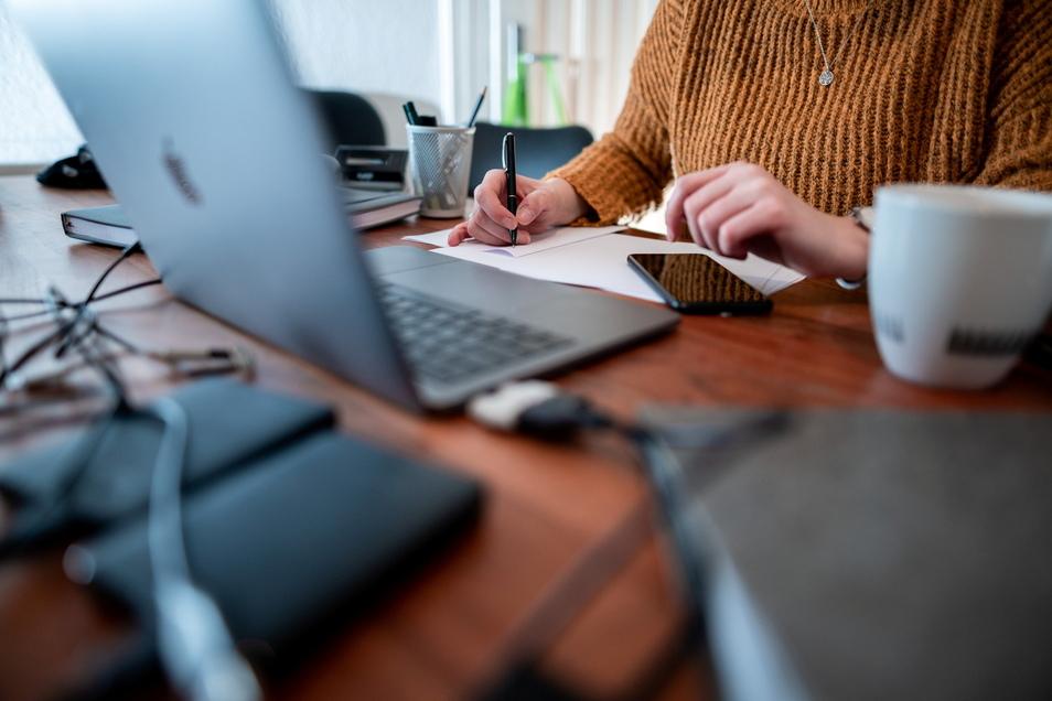 Frauen im Homeoffice werden von ihren Arbeitgebern schlechter mit Computern, Handy oder einem Bürostuhl versorgt als Männer.