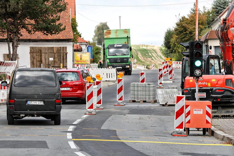 Der Verkehr rollt wieder auf der B96 in Oppach. Geduld ist dennoch gefragt: Eine Ampel regelt jetzt den Verkehr an der Baustelle vorbei.
