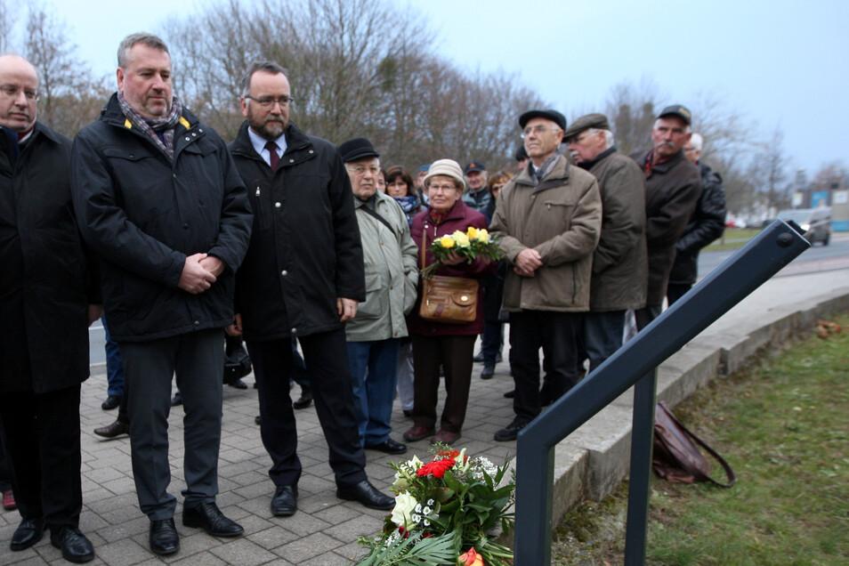 Jens Baumann (3. v. l.) mit dem ungarischen Botschafter (2. v. l.) und Ungarndeutschen beim Gedenken an die Vertreibung von Deutschen aus Ungarn im November 2018 in Pirna.