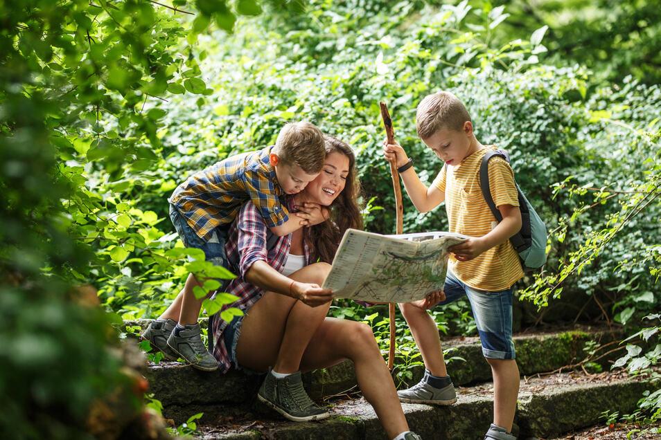 Klassisch mit Karte oder mit GPS: Auf Waldausflügen sollte man sich orientieren können.