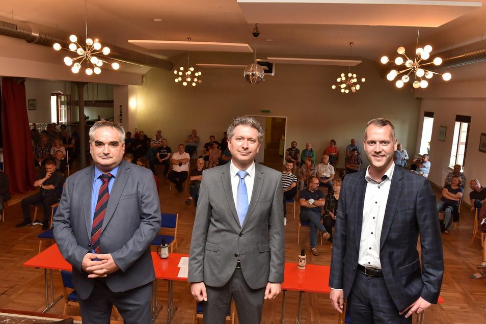 SZ-Regionalchef Domokos Szabó (Mitte) befragte im Wahlforum Tilo Bretschneider (AfD, li.) und Sven Gleißberg (parteilos, re.). Beide wollen am 26. September zum neuen Bürgermeister in Glashütte gewählt werden.