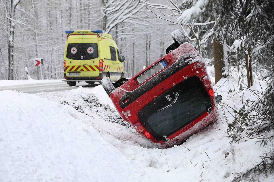 Auf der Kreisstraße zwischen Lichtenberg und Großröhrsdorf geriet eine Frau mit ihrem Peugeot ausgangs einer Kurve ins Schleudern. Der Wagen landete im Straßengraben und kippte dort schließlich um.