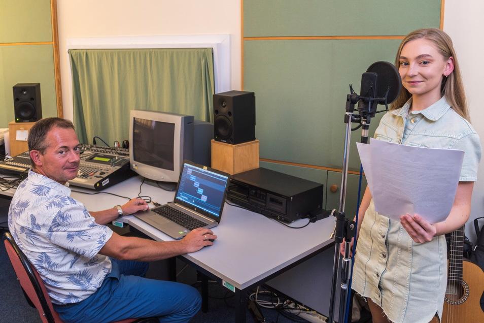 Elisaweta Stark stand jetzt für Tonaufnahmen am Mikro. Sie hat Texte eingesprochen, die künftig am Krankenhaus-Kreisel zu hören sein werden. Die Tonaufnahme übernahm Lehrer Jörg Riester.