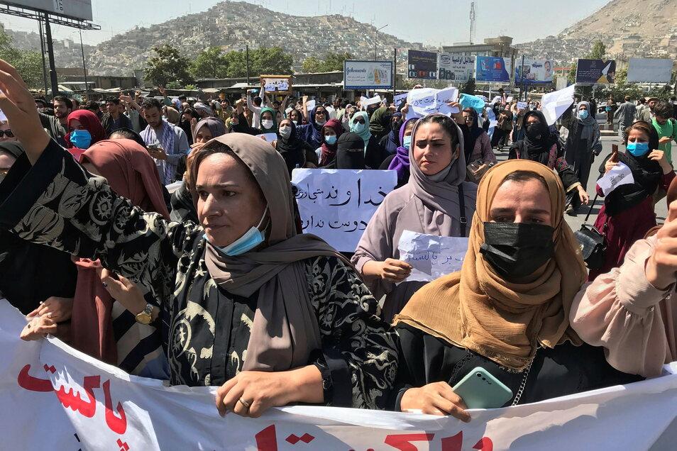 Afghanische Frauen halten einen Banner und rufen bei einer Anti-Pakistan-Demonstration in der Nähe der pakistanischen Botschaft Parolen.