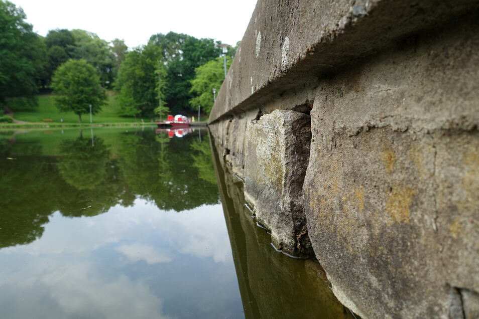 Die Ufermauern des Teiches sind marode und müssen erneuert werden.
