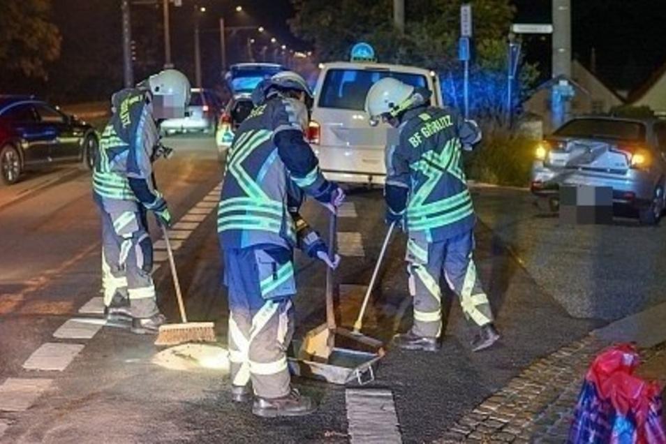 Feuerwehrleute mussten die Unfallstelle aufräumen.