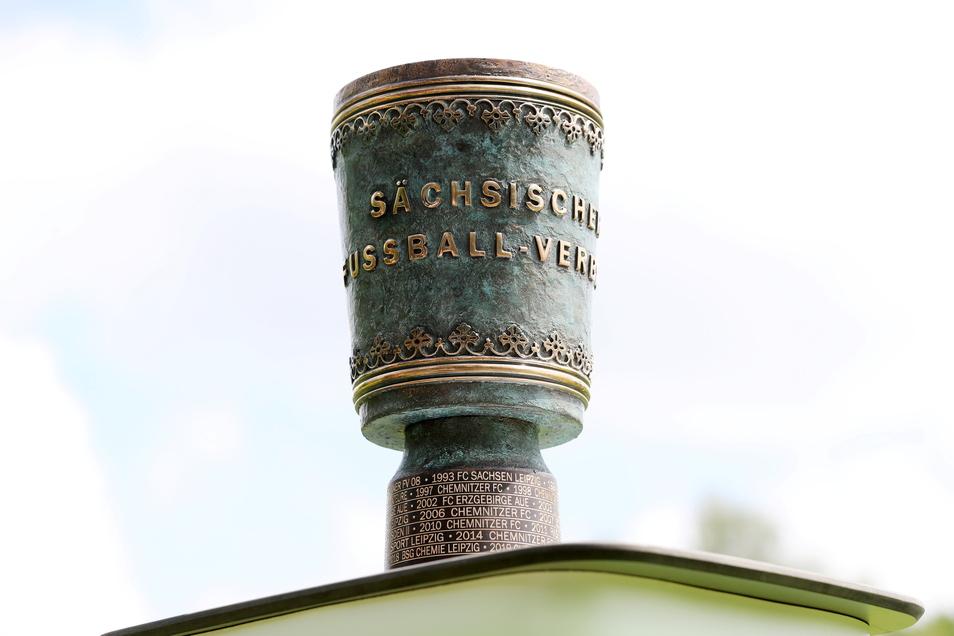 Das Objekt der Begierde: der sächsische Fußballpokal. Weiter im Rennen: Budissa Bautzen und Einheit Kamenz.