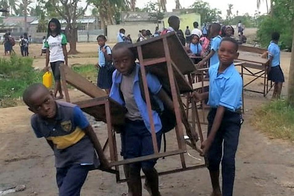 Nach erfolgten Reparaturen konnten die Schüler der Escola Primaria in Manga Mascarenha ihre Schulmöbel in die Klassenzimmer zurücktragen.
