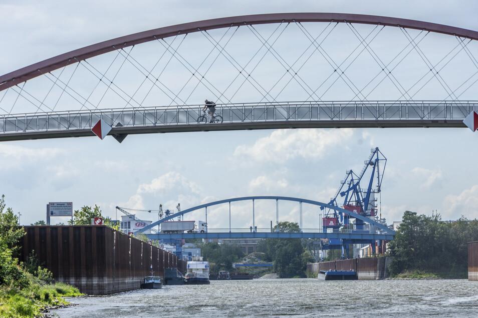 Blick ins Hafenbecken in Riesa-Gröba. Der geplante Terminalbau steht bei Umweltverbänden und Anwohnern schon länger in der Kritik. Bei einer Podiumsdiskussion sollten sich nun auch die Landtagskandidaten dazu positionieren.
