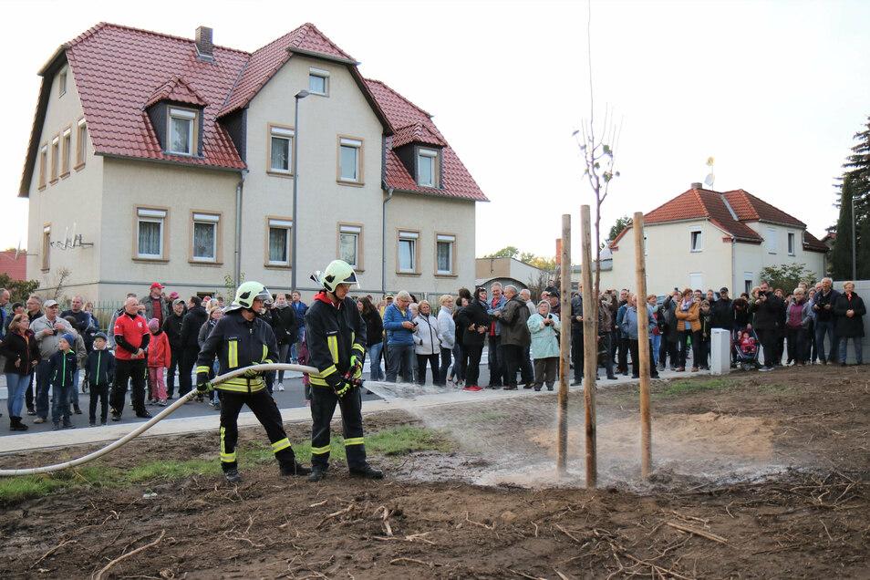 Gleich gegossen: Kameraden der Freiwilligen Feuerwehr wässerten die neue Linde reichlich.
