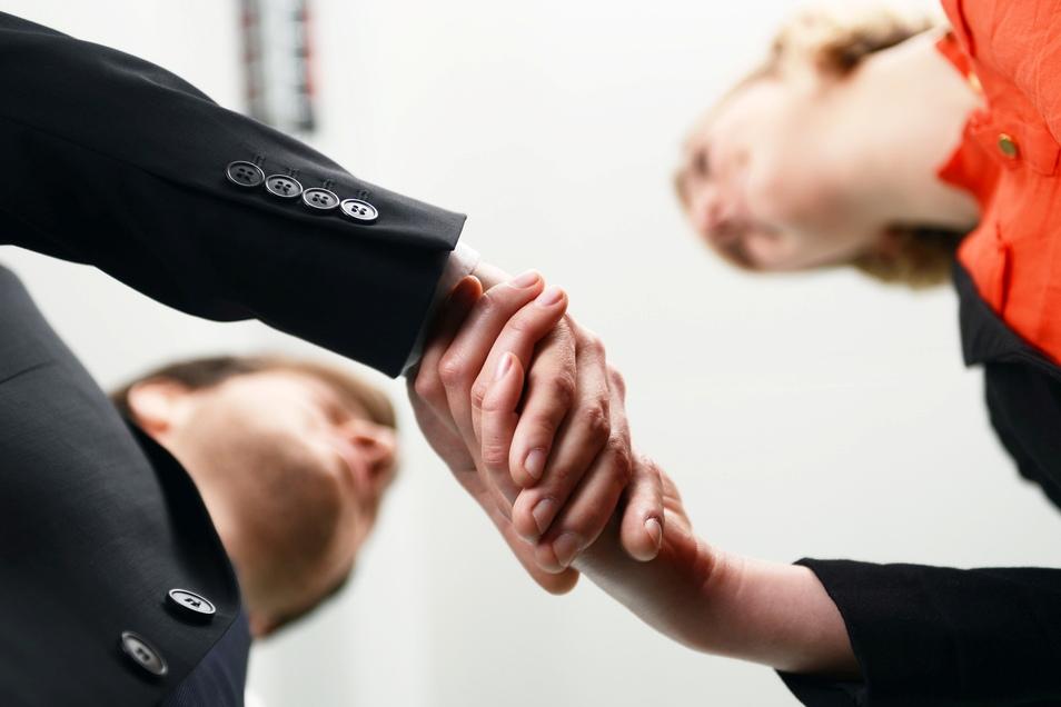 Die Gehaltsverhandlung ist kein leichter Termin - mit der richtigen Vorbereitung schaffen es Arbeitnehmer aber, zu einer guten Einigung zu kommen.