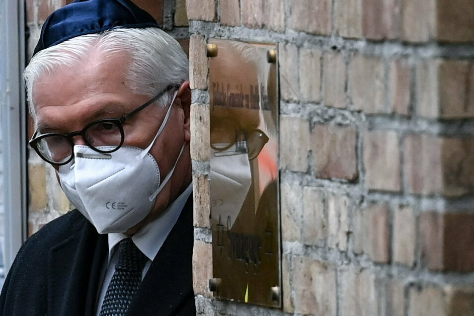 Bundespräsident Frank-Walter Steinmeier verlässt die Synagoge in Halle/Saale: Ein Jahr nach dem rechtsterroristischen Anschlag am höchsten jüdischen Feiertag Jom Kippur in Halle wurde der Opfer gedacht.