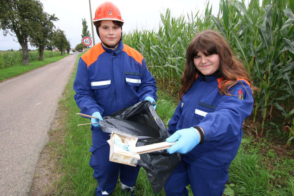 Fyn Schade und Marie Naumann von der Jugendfeuerwehr Gersdorf haben sich am Samstag an der Müll-Sammel-Aktion in Mittelsachsen beteiligt. Die beiden ärgern sich darüber, was die Leute so alles in die Landschaft schmeißen.