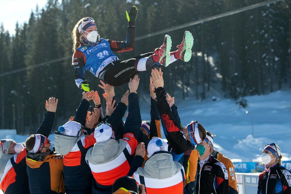 Hoch soll sie leben: Die neue Weltmeisterin, Marketa Davidova aus Tschechien, wird nach der Siegerehrung von Mitgliedern ihres Team in die Luftgeworfen.