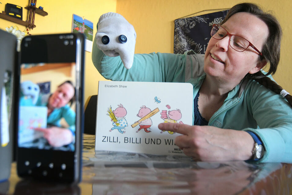 Carola Rothe und ihr Fräulein Socke nehmen jeden Tag kleine Videos mit Ritualen, Aufgaben und einem Beschäftigungsangebot auf. Die ersten Fans haben die beiden in den Kindern der Kita Gleisberg und deren Eltern schon.