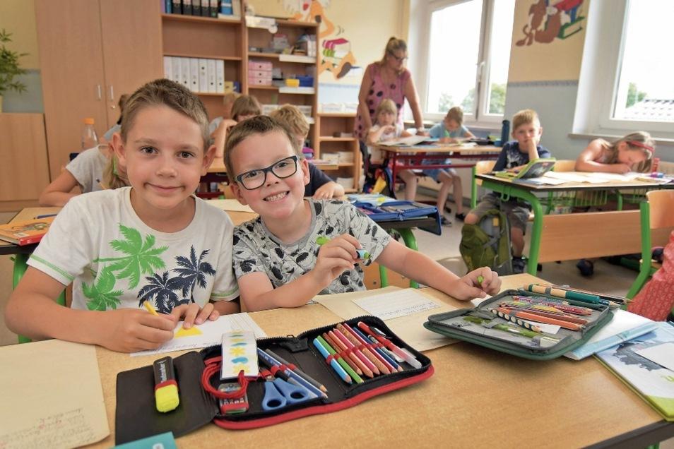 Felix (links) und Birk saßen im abgelaufenen Schuljahr im Unterricht nebeneinander, obwohl sie unterschiedliche Klassen besuchten. An der Grundschule Gersdorf wird jahrgangsübergreifend unterrichtet.